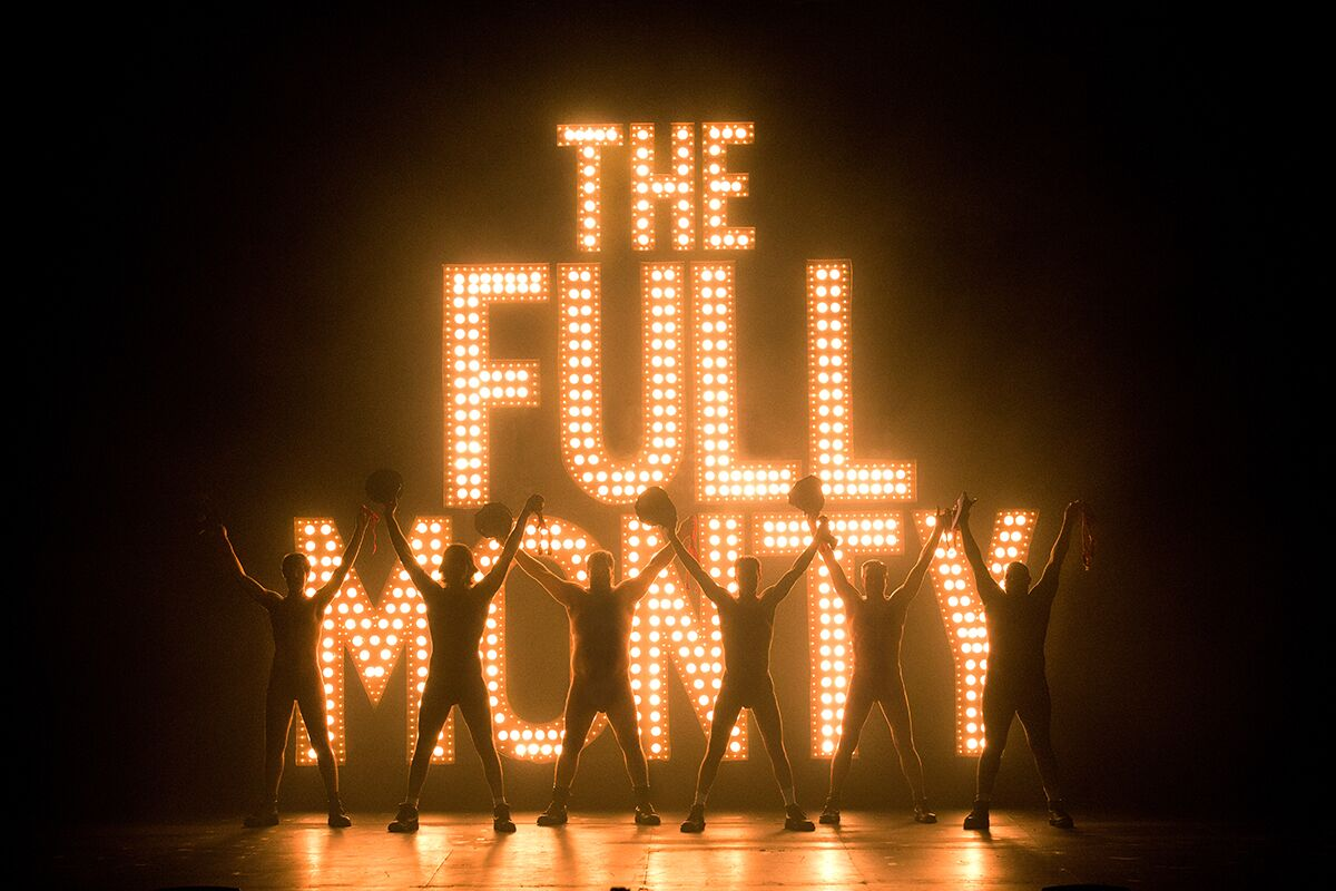 the full monty Смотреть видео directed by peter cattaneo with robert carlyle, tom wilkinson, mark addy, william snape six unemployed steel workers form a male striptease act the women cheer them on to go for the full monty - total nudity.