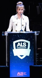 Renee Zellweger at the podium. Photo by Earl Gibson for The ALS Association Golden West Chapter.