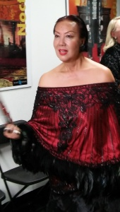 Elegant Sue Wong arriving at her soiree.  Photo by Alice Farinas.