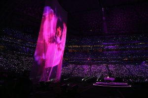 Hologram of Prince, with Justin at the piano. (Note that the entire stadium is purple for the occasion!)